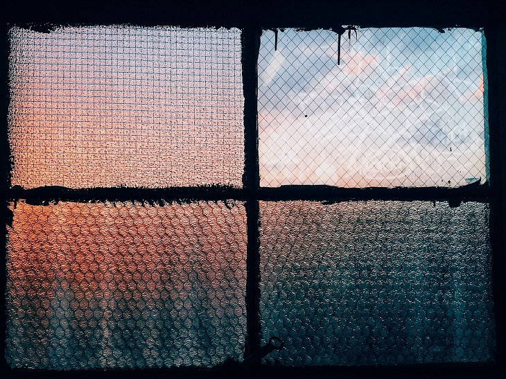 שימושים לפלסטיק בועות: חלון מכוסה פלסטיק בועות