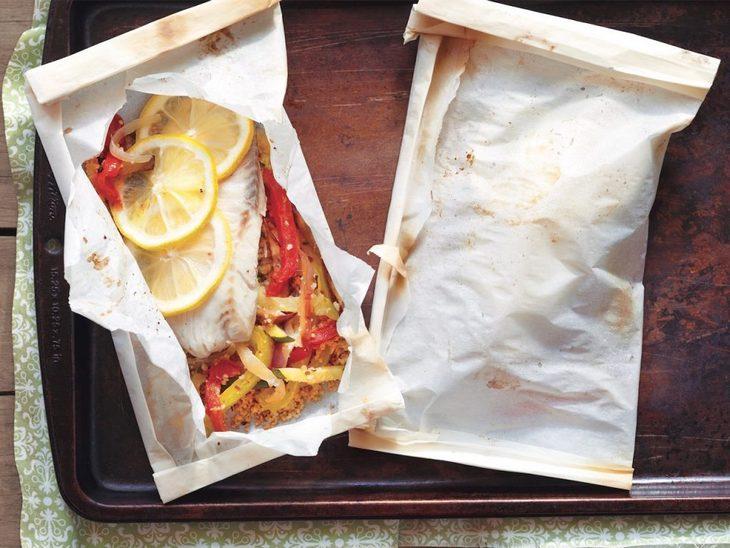 10 טיפים למטבח: משטח עבודה ועליו ניירות אפייה שעוטפים מנות