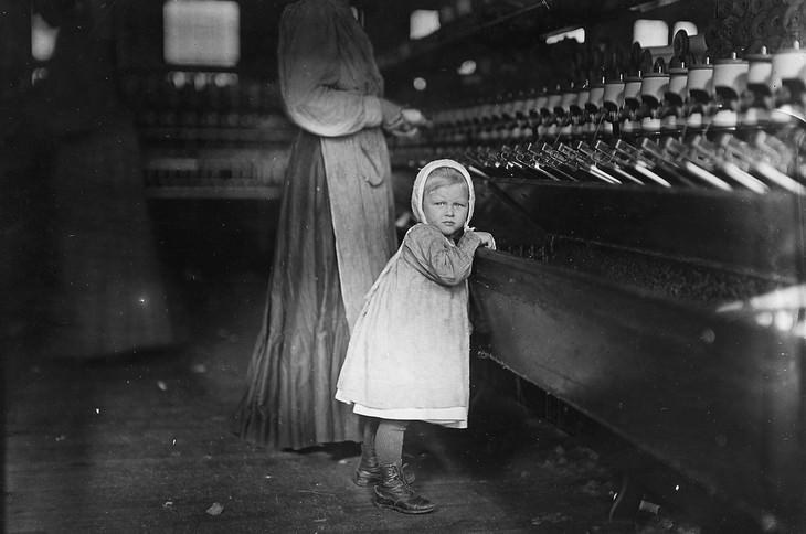 """תמונות היסטוריות: ילדה קטנה בת 5 עובדת המפעל טקסטיל בארה""""ב בשנת 1902"""