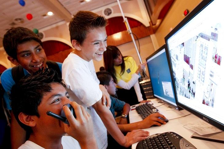 ליל המדענים 2018: ילדים עוסקים יחד בפעילות טכנולוגית במחשב