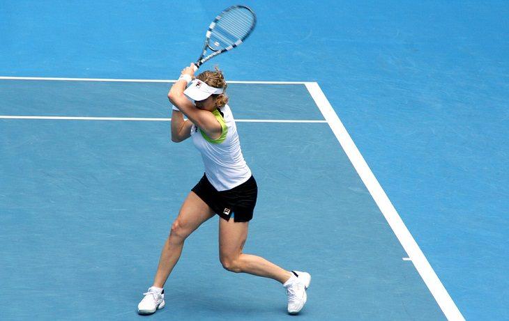 בעיות אורתופדיות נפוצות: אישה משחקת טניס