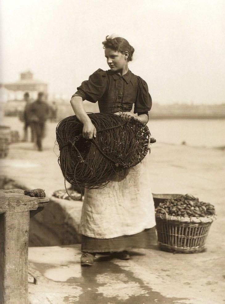 תמונות היסטוריות: אישה צעירה עובדת כדייגת בעיירה האנגלית וויטבי בשנת 1891.