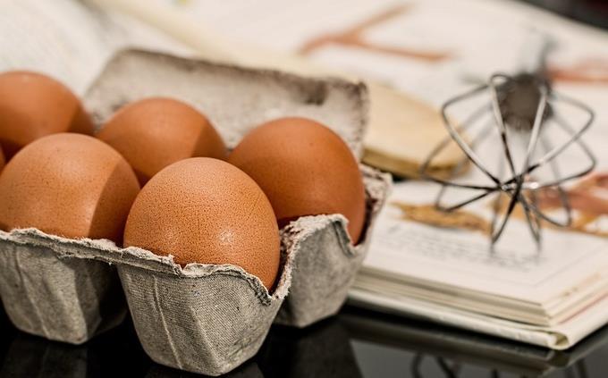 ביצים בקרטון ליד בלון הקצפה