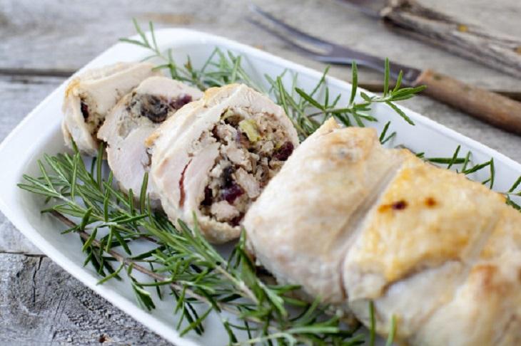 שימושים נוספים לחוט דנטלי: חזה עוף מגולגל במילוי בשר בקר ותמרים