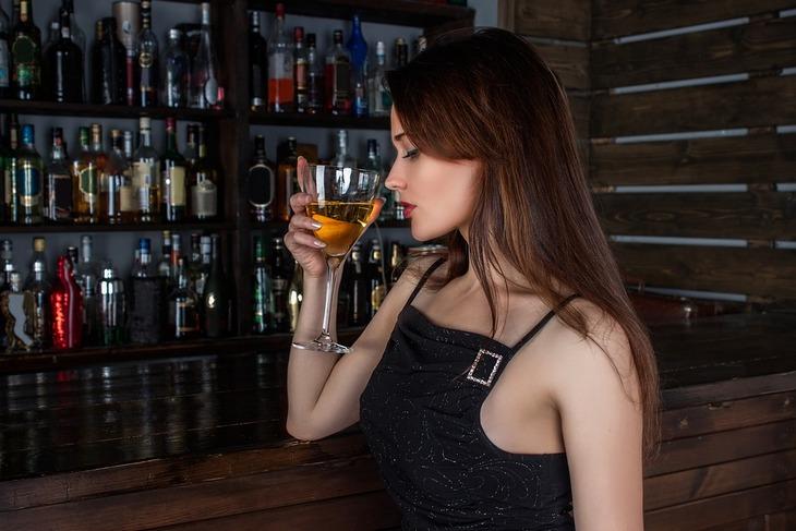 9 דברים שיעזרו לכם לרדת במשקל בזמן השינה: בחורה לוגמת יין