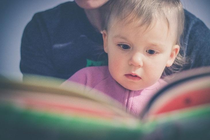 עצות להורים מפי מחברי רבי מכר: תינוק על ברכי אימו מעיין בספר