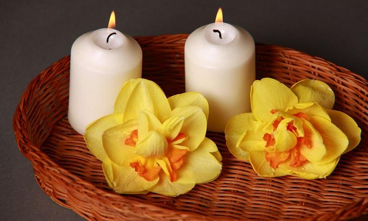 עיסוי מפנק בבית: נרות ופרחים בסלסלה