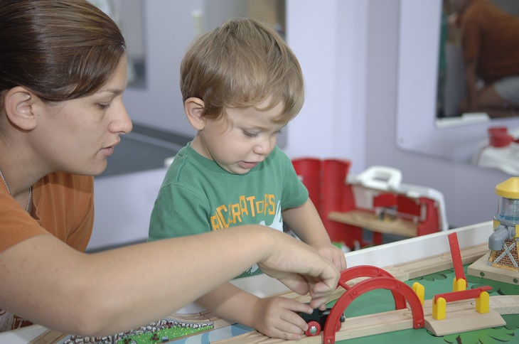 חרטות של הורים: אם משחקת עם ילדה ברכבת צעצוע