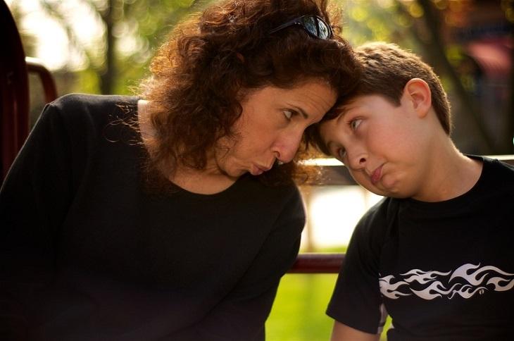 חרטות של הורים: אם וילדה מצמידים ראש זה לזה מבטם עצוב