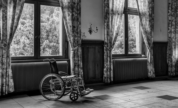 נגישות במקום העבודה: כיסא גלגלים בחדר נטוש