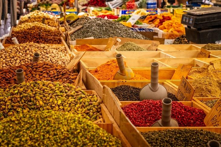 טיפים לטבעוניים צמחוניים ולמעוניינים: דוכן תבלינים ופיצוחים בשוק