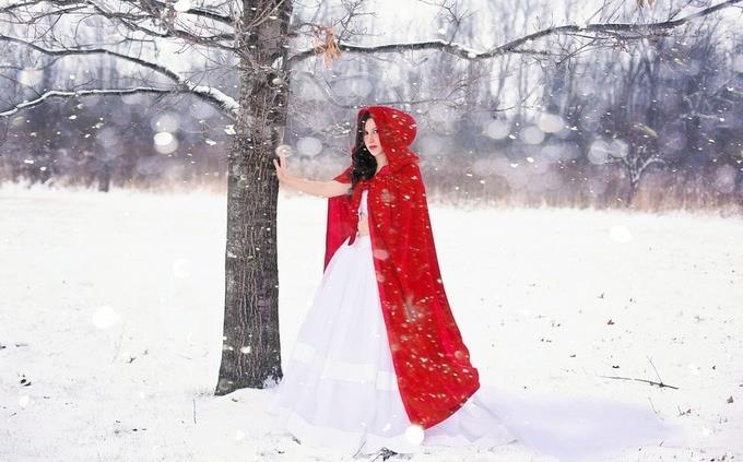 טריוויה: אישה לבושה כמו כיפה אדומה בשלג