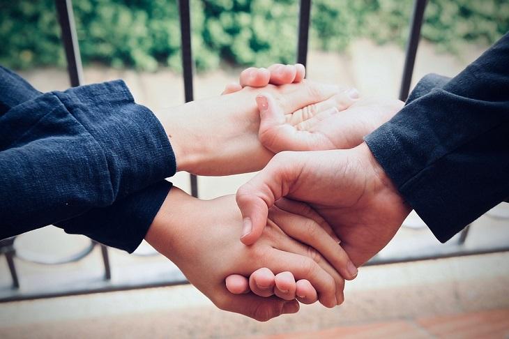 שאלות שכל זוג צריך לשאול: שני אנשים אוחזים ידיים בהצלבה