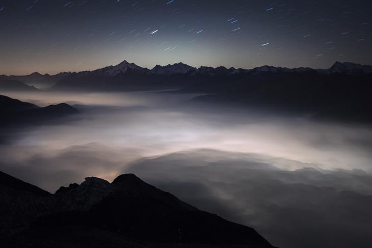 תמונות ליליות של האלפים: עמק אאוסטה תחת עננים