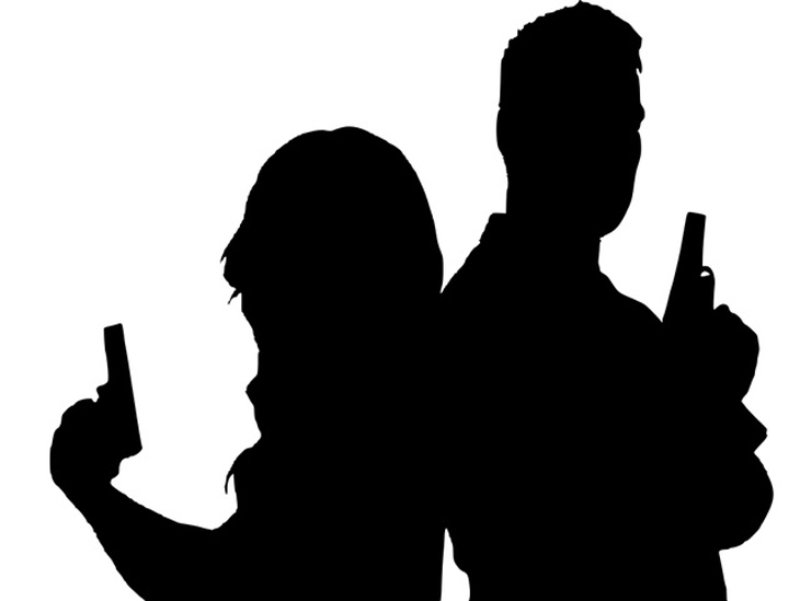 בדיחה על שלב מיונים במוסד: גבר ואישה עומדים זה בגבו לזו ואוחזים באקדח