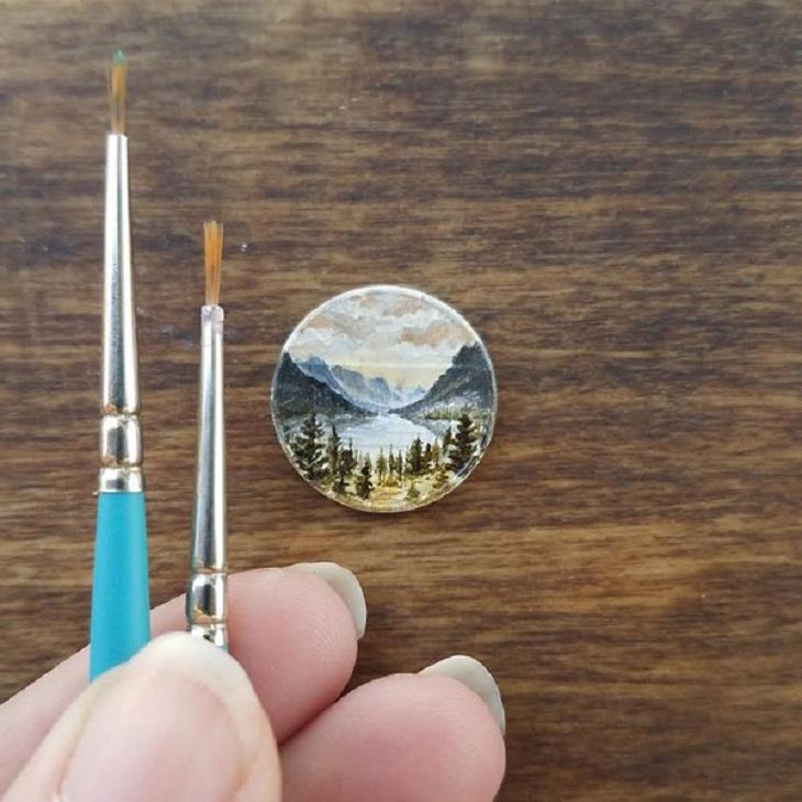 אמנות על מטבעות זעירים של בריאנה מארי: מטבע ועליו ציור נוף