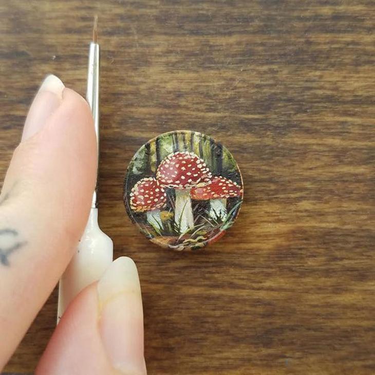 אמנות על מטבעות זעירים של בריאנה מארי: מטבע שעליו ציור של פטריות