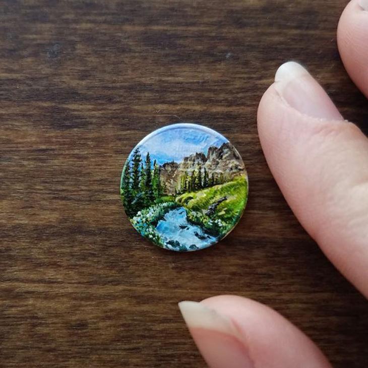 אמנות על מטבעות זעירים של בריאנה מארי: מטבע שעליו ציור של נוף
