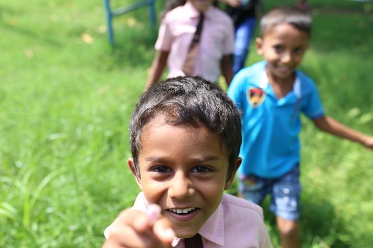 כללים להענשת ילדים: חבורת ילדים מתקרבים אל המצלמה בחיוך