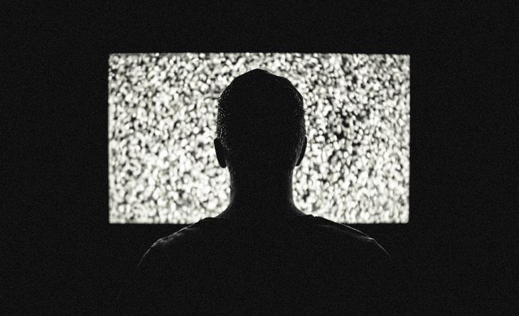 סיבות לעבור לסטרימר: אדם מול מסך טלוויזיה