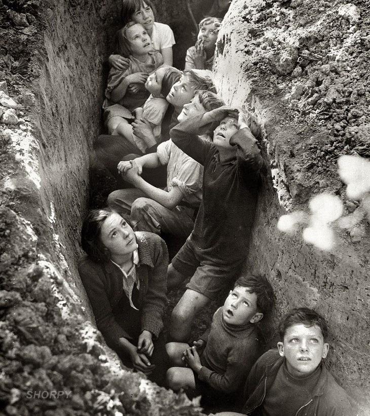 תמונות היסטוריות: ילדים מסתתרים בתעלות בזמן הבליץ הגרמני על אנגליה - שנת 1941