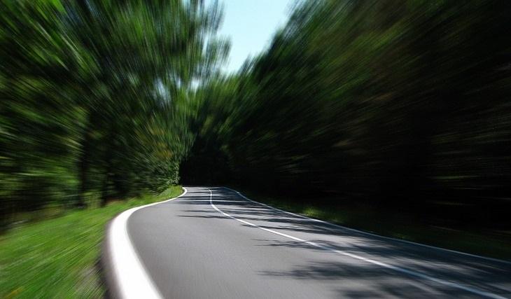 7 מקרים שמעידים על עורקים חסומים: דרך מטושטשת עם כביש ועצים