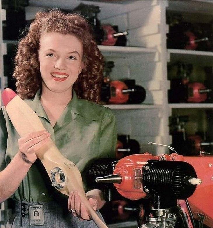 תמונות היסטוריות: נורמה ג'ין בייקר, שבעתיד תוכר בשם מרלין מונרו, עובדת במפעל של חברת Radioplane factory  שייצרה כלי טייס בלתי מאוישים - שנת 1945