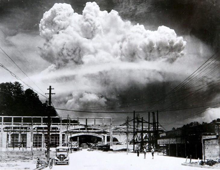 """תמונות היסטוריות: הפיצוץ שיצרה """"איש שמן"""", פצצת האטום שהופלה על העיר היפנית נגסאקי - שנת 1945"""