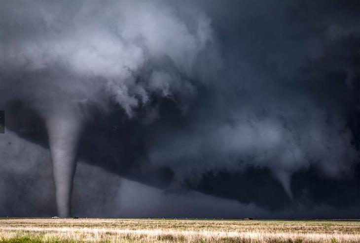 """16 התמונות הנבחרות של נשיונל ג'אוגרפיק: התפרצות טורנדו ליד העיר דודג' בקנזס סיטי, ארה""""ב."""
