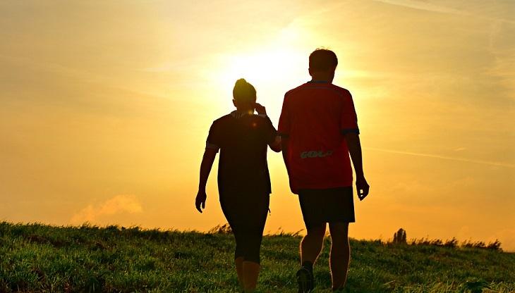 עצות זוגיות: גבר ואישה הולכים אל עבר השקיעה
