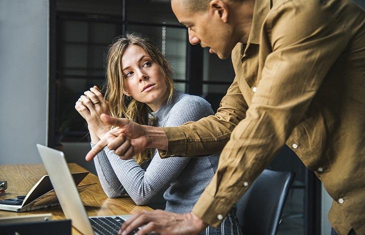 עצות לחיים טובים ומספקים: עמיתים לעבודה מדברים ליד שולחן מחשב