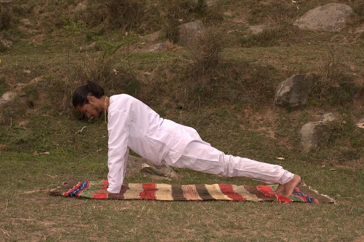 תרגילי יוגה לשליטה בתיאבון: תנוחת פלאנק