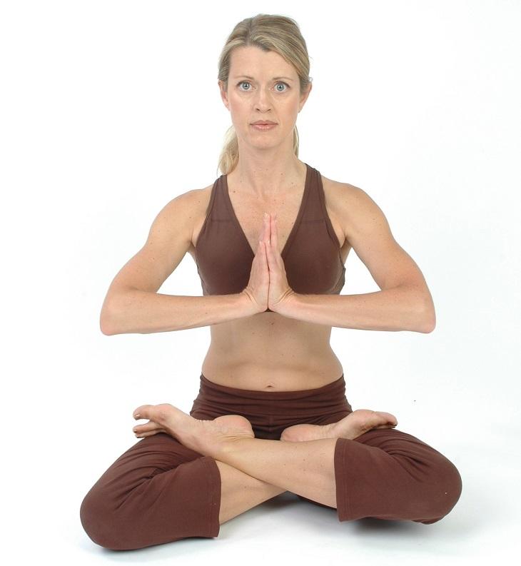 תרגילי יוגה לשליטה בתיאבון: תנוחת הלוטוס