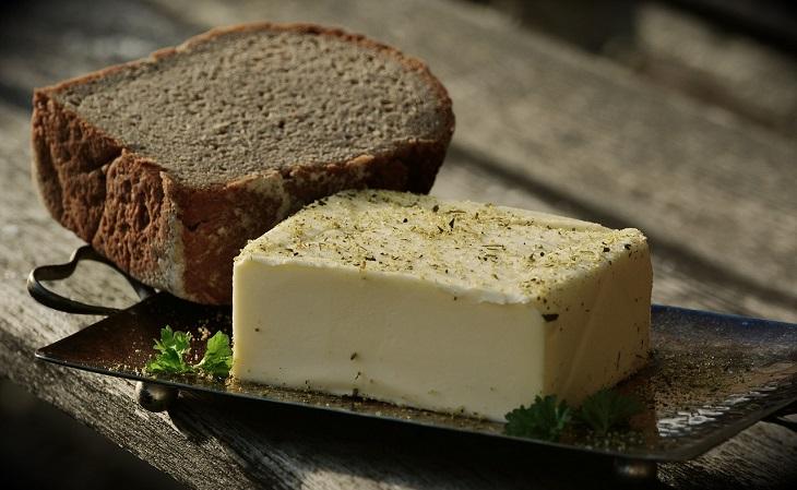 יתרונות סוגי חמאה: פרוסת לחם ולצדה חמאה