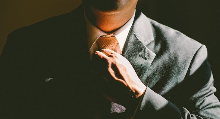 כללים לחיים אופטימיים: גבר בחליפה