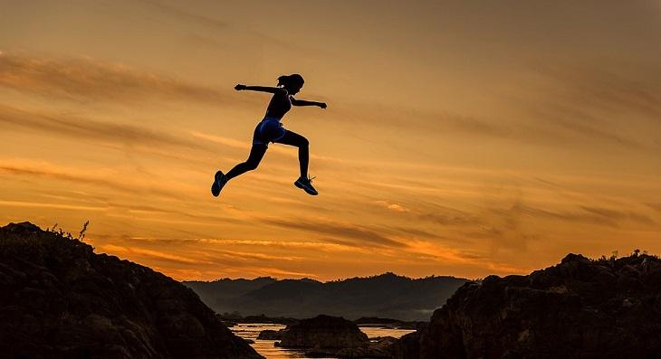 כללים לחיים אופטימיים: דמות אישה קופצת בין הרים