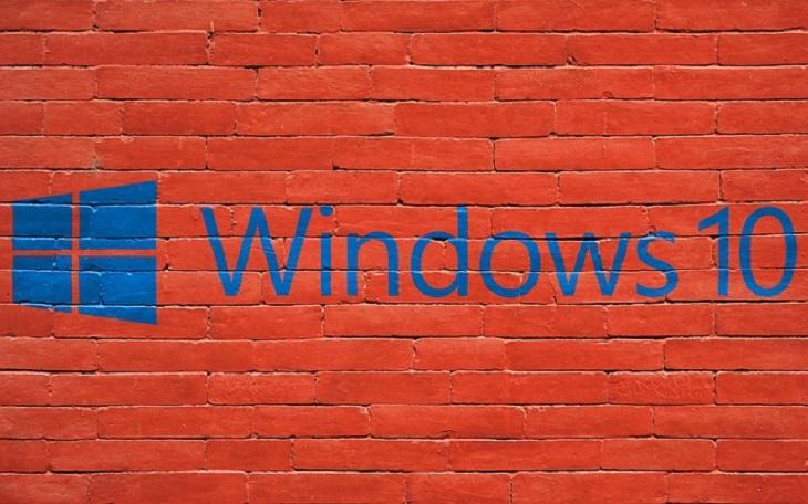 טיפים לווינדוס 10: לוגו ווינדוס 10 על רקע קיר לבנים