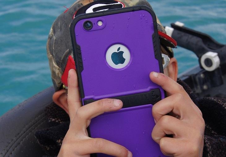מיתוסים בריאותיים שהתבררו כנכונים: ילד מחזיק סמארטפון קרוב לפנים