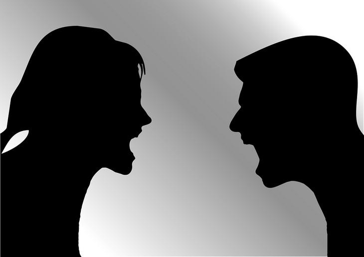 טעויות הורות עם השפעות על הילדים: צלליות של גבר ואשה מתווכחים