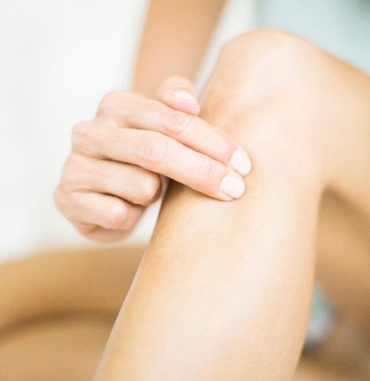 נקודות לחיצה לנשים בהיריון: שתי אצבעות לוחצות על אזור מתחת לברך