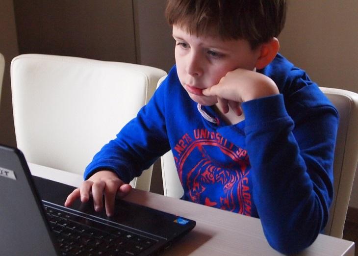 אופיס חינם לתלמידים: ילד יושב מול מחשב