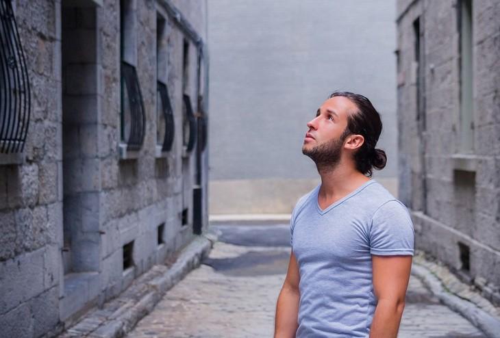 טיפים לשמירה על הביטחון העצמי: גבר מסתכל לעבר השמיים