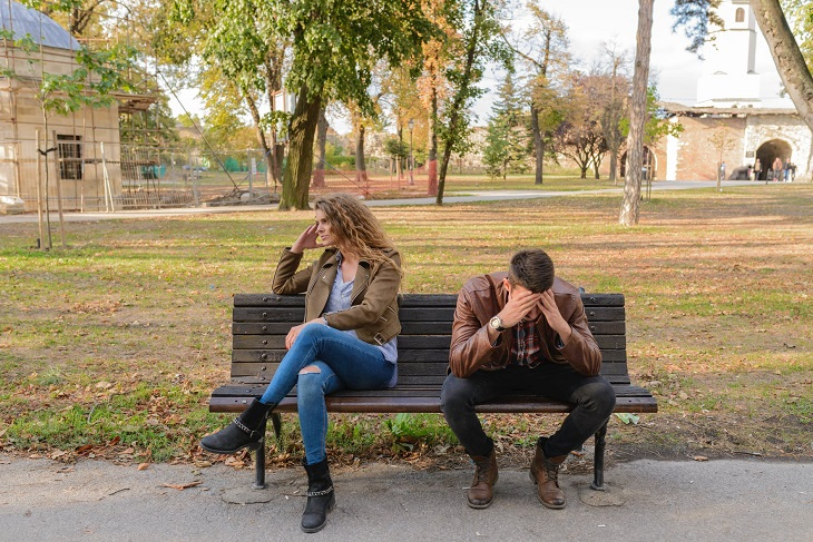 תלונות במערכות יחסים: זוג על ספסל כשהגבר מרכין את ראשו והאישה מפנה את ראשה לכיוון אחר