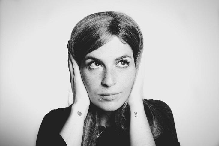 תלונות במערכות יחסים: אישה סותמת את אוזניה עם ידיה