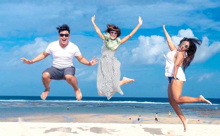 יום המעשים הטובים 2019: אנשים קופצים בחוף