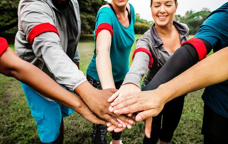 יום המעשים הטובים 2019: אנשים מחזיקים ידיים