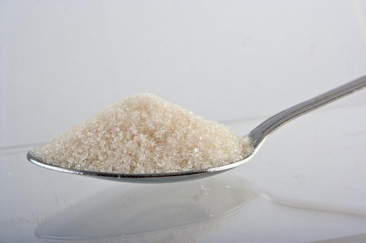 יתרונות האפונה: כפית גדושה בגרגירי סוכר