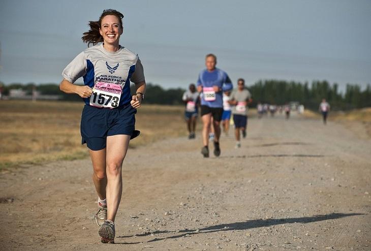 טיפים לריצה נכונה: אישה רצה במירוץ