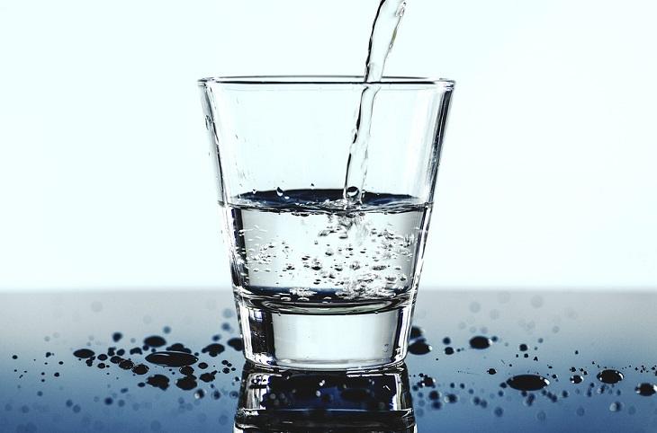 טיפים לריצה נכונה: כוס מים