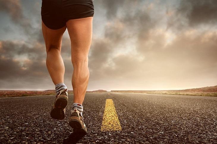 טיפים לריצה נכונה: איש רץ במישור